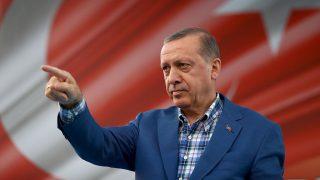 Ganziatep, 2016. augusztus 29.A török elnöki hivatal sajtóosztálya által közreadott képen Recep Tayyip Erdogan török államfőről a néphez intézett beszéde alatt a Szíriával határos dél-törökországi Ganziatep tartomány azonos nevű székhelyén 2016. augusztus 28-án. (MTI/AP/Török elnöki hivatal sajtóosztálya/Yasin Bülbül)
