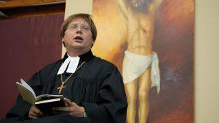 Paks, 2007. június 22.Áhítatot tart Fabiny Tamás püspök, amikor megnyitották az 5. Országos Evangélikus Találkozót Pakson, az ASE sportcsarnokban.MTI Fotó: Kiss G. Péter
