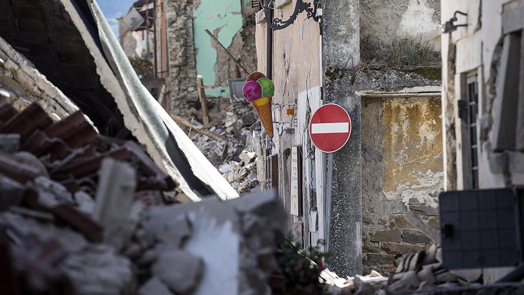 Amatrice, 2016. augusztus 24.Összedőlt épületek romjai az Olaszország középső részét hajnalban sújtó, 6,1-es erősségű földrengés egyik helyszínén, Amatricében 2016. augusztus 24-én. A természeti csapás következtében legkevesebb 120-an életüket vesztették, 368-an megsérültek, és több százan eltűntek. (MTI/EPA/Massimo Percossi)