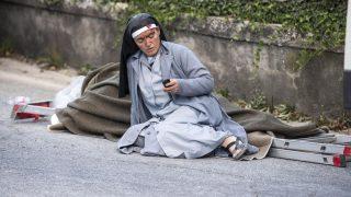 Amatrice, 2016. augusztus 24. Egy sebesült apáca nézi mobiltelefonját az Olaszország középsõ részét hajnalban sújtó, 6,1-es erõsségû földrengés egyik helyszínén, Amatricében 2016. augusztus 24-én. A természeti csapásnak legkevesebb 15 halálos áldozata és számos sérültje van. (MTI/AP/ANSA/Massimo Percossi)