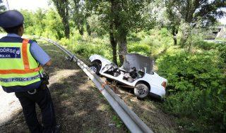 Tatabánya, 2016. augusztus 1. Rendõrök helyszínelnek egy összeroncsolódott személyautó mellett Tatabányán 2016. augusztus 1-jén. Az autó vezetõje a forgalommal szemben kanyarodott le az 1-es fõútról, majd - hogy elkerülje a frontális ütközést egy teherautóval - félrerántotta a kormányt, és egy fának ütközött. Utasa belehalt súlyos sérüléseibe. MTI Fotó: Mihádák Zoltán