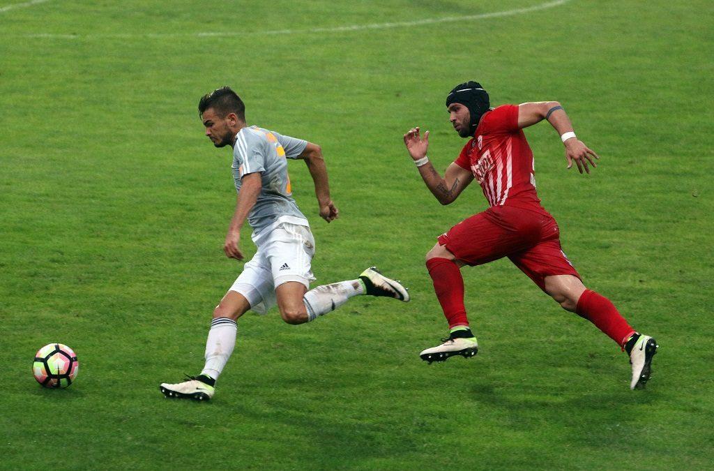 Miskolc, 2016. augusztus 21. A diósgyõri Martuz Dausvili (j) és Hangya Szilveszter, a Vasas játékosa a labdarúgó OTP Bank Liga 7. fordulójában játszott Diósgyõri VTK - Vasas találkozón a Diósgyõri Stadionban 2016. augusztus 21-én. A listavezetõ Vasas 1-1-es döntetlent játszott a Diósgyõr vendégeként. MTI Fotó: Vajda János