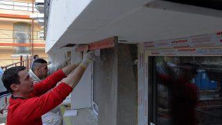 Debrecen, 2016. március 12.Szakmunkások dolgoznak a felújítás alatt álló debreceni Református Kollégium épületének külső hőszigetelésén. Jelenleg a gimnázium és középiskola fiú és lány kollégiumában dolgoznak a kivitelezők. A műemlék épület felújítása során minden megújul, így az irodák, a tantermek, a folyosók és az illemhelyek is. Újjáépítik a tetőt, új burkolatokat raknak le, és korszerűsítik az épület teljes gépészetét, elektromos hálózatát, tűzvédelmét. Renoválják a homlokzatot, valamint megoldják az akadálymentesítést is. A munkát a kivitelezők a tervek szerint 2016. június végére fejezik be. MTVA/Bizományosi: Oláh Tibor ***************************Kedves Felhasználó!Ez a fotó nem a Duna Médiaszolgáltató Zrt./MTI által készített és kiadott fényképfelvétel, így harmadik személy által támasztott bárminemű – különösen szerzői jogi, szomszédos jogi és személyiségi jogi – igényért a fotó készítője közvetlenül maga áll helyt, az MTVA felelőssége e körben kizárt.