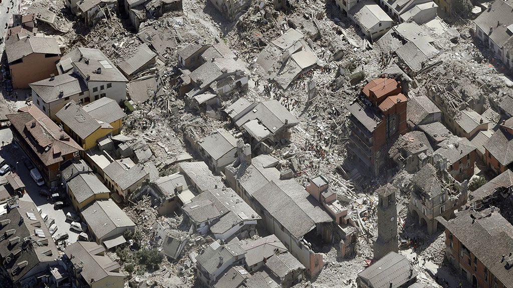 Amatrice, 2016. augusztus 24.Légi felvétel összedőlt épületek romjairól az Olaszország középső részét hajnalban sújtó, 6,1-es erősségű földrengés egyik helyszínén, Amatricében 2016. augusztus 24-én. A természeti csapásnak legkevesebb harminchét halálos áldozata van és több mint százan eltűntek. (MTI/AP/Gregorio Borgia)