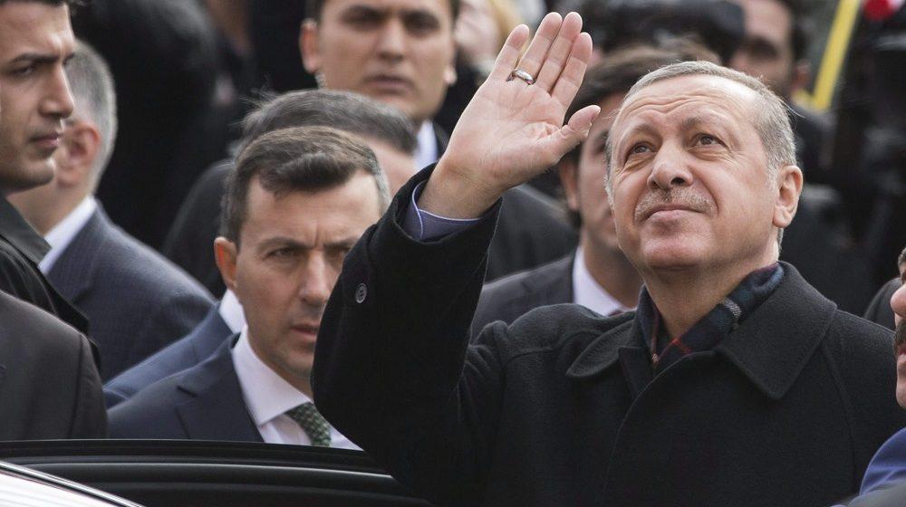 Isztambul, 2015. november 1. Recep Tayyip Erdogan török elnök, miután szavazott a török elõre hozott parlamenti választásokon Isztambulban 2015. november 1-jén. (MTI/EPA/Tolga Bozoglu)