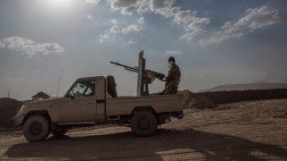 Mufti, 2016. május 30. Pesmerga, azaz iraki kurd harcosok egy katonai jármûvön az észak-iraki Muftiban 2016. május 29-én, miután visszafoglalták a falut az Iszlám Állam (IÁ) dzsihadista szervezet fegyvereseitõl. A pesmerga erõk a nemzetközi koalíció repülõgépeinek támogatásával szárazföldi offenzívát kezdtek, hogy a Moszultól keletre található al-hazíri régió falvait visszaszerezzék a dzsihadistáktól. (MTI/EPA/Andrea Dicenzo)