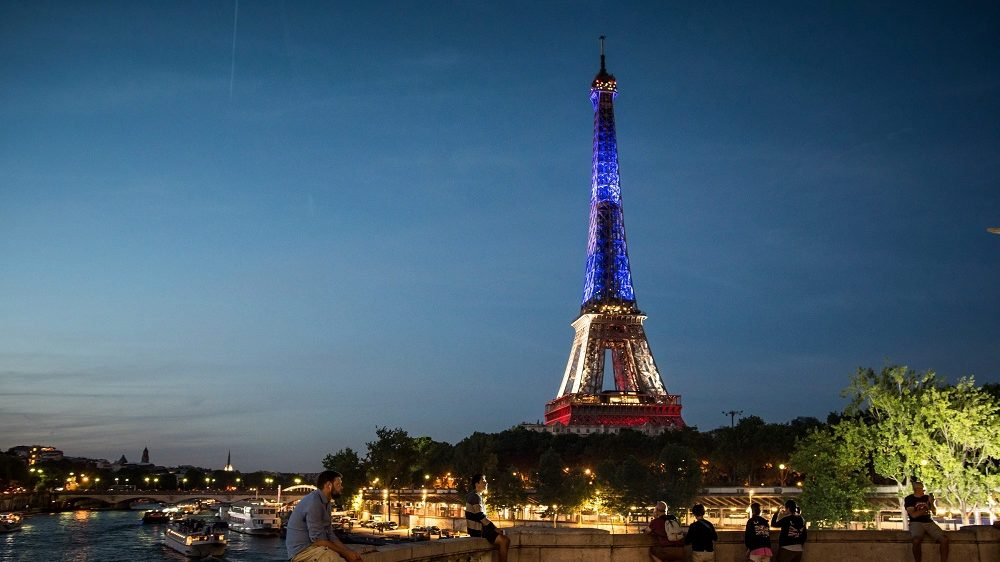 Párizs, 2016. július 17. Francia színekkel világították meg a párizsi Eiffel-tornyot 2016. július 16-án a dél-franciaországi Nizza tengerparti sétányán elkövetett terrortámadás áldozatainak emlékére. Két nappal korábban a 31 éves, Franciaországban élõ tunéziai Mohamed Lahouaiej Bouhlel bérelt teherautóval belehajtott a francia nemzeti ünnepet lezáró késõ esti tûzijátékot nézõ tömegbe és közben a lövéseket adott le. A 84 halálos áldozattal és 202 sebesülttel járó nizzai terrortámadás elkövetését az Iszlám Állam (IÁ) vállalta magára.  (MTI/EPA/Christophe Petit Tesson)