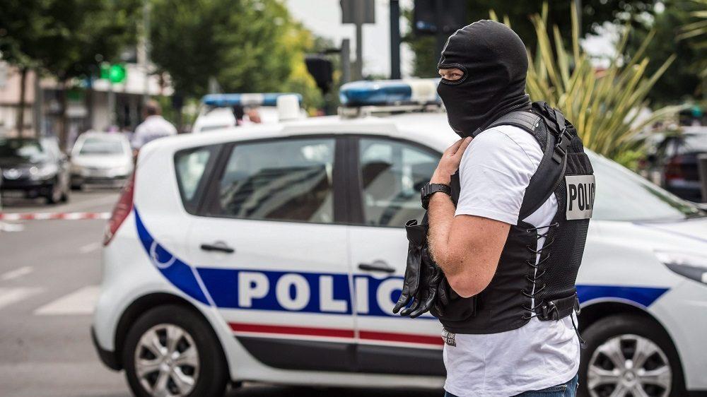 Argenteuil, 2016. július 21. A francia rendõrség elitalakulatainak egyik tagja egy terrorelhárítási akció keretében a Párizs közeli Argenteuil-ben 2016. július 21-én. A rendõrségi akciónak nincs köze a múlt heti 84 áldozatot követelõ nizzai terrortámadáshoz. (MTI/EPA/Christophe Petit Tesson)