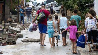 Szkopje, 2016. augusztus 7. Emberek távoznak víz alá került otthonaikból Szkopjéban 2016. augusztus 7-én, miután a felhõszakadás zúdult Macedóniára. Az ítéletidõ legalább tizenöt emberéletet követelt a balkáni országban. (MTI/EPA/Georgi Licovszki)