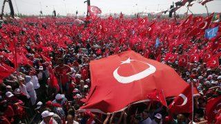 Isztambul, 2016. augusztus 7. Tüntetõk török zászlókat lengetnek az isztambuli Taksim téren rendezett puccsellenes nagygyûlésen 2016. augusztus 7-én. Július 15-én éjjel a török hadsereg egy része kísérletet tett a kormány megdöntésére, ám a katonai puccskísérlet kudarcot vallott. Több mint kétszázan meghaltak, és ezerötszázan megsérültek. (MTI/EPA/Sedat Suna)