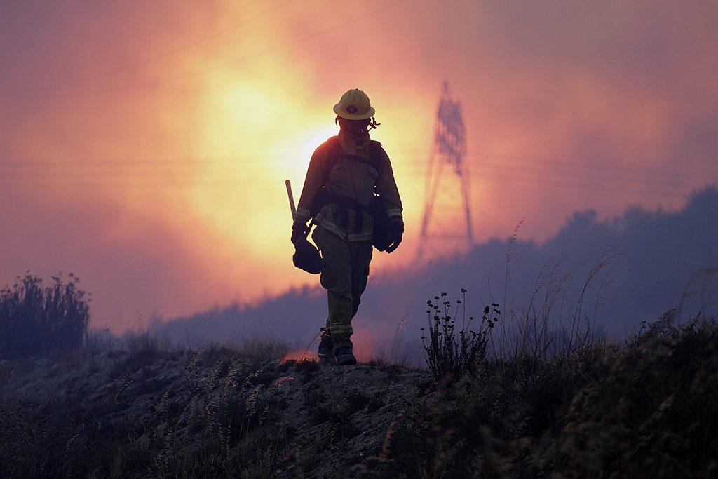 Los Angeles, 2016. augusztus 17.Tűzoltó a Los Angelestől északra pusztító erdőtűz helyszínén 2016. augusztus 16-án. Kaliforniában eddig 120 ezer hektárnyi területet perzseltek fel a lángok. A hatóságok őrizetbe vettek egy férfit, a negyvenéves Damin Pashilkot, akit azzal gyanúsítanak, hogy az elmúlt évben 17 helyen gyújtogatott, és a legutóbbi tüzekért is ő lehet a felelős. (MTI/EPA/Paul Buck)