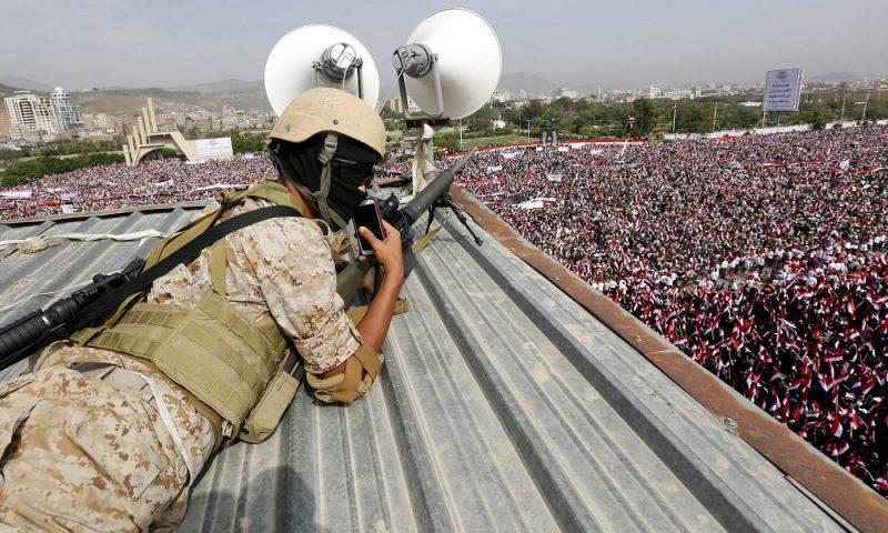 Szanaa, 2016. augusztus 20. Egy katona figyeli egy háztetõrõl a jemeni fõvárosban, Szanaában a húszi lázadókat és szövetségesüket, Ali Abdullah Száleh volt elnököt támogató felvonulást 2016. augusztus 20-án. A menet résztvevõi kiálltak az új, a felkelõk és Száleh által a múlt hónapban meghirdetett közös kormányzótanács létrehozása mellett. (MTI/EPA/Jahja Arhab)