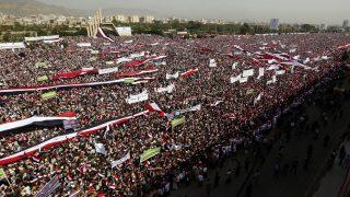 Szanaa, 2016. augusztus 20. Tüntetõk ezrei a jemeni fõvárosban, Szanaában a húszi lázadókat és szövetségesüket, Ali Abdullah Száleh volt elnököt támogató felvonuláson 2016. augusztus 20-án. A menet résztvevõi kiálltak az új, a felkelõk és Száleh által a múlt hónapban meghirdetett közös kormányzótanács létrehozása mellett. (MTI/EPA/Jahja Arhab)
