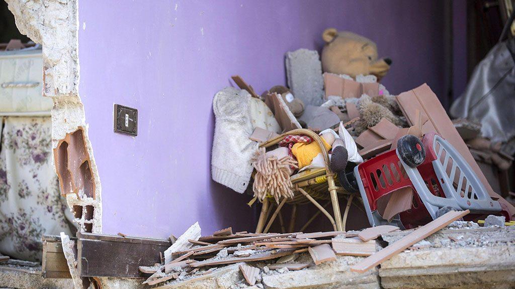 Amatrice, 2016. augusztus 24.Megrongálódott lakóház belseje az Olaszország középső részét hajnalban sújtó, 6,1-es erősségű földrengés egyik helyszínén, Amatricében 2016. augusztus 24-én. A természeti csapásnak legkevesebb 37 halálos áldozata és több mint százan eltűntek. (MTI/EPA/Massimo Percossi)