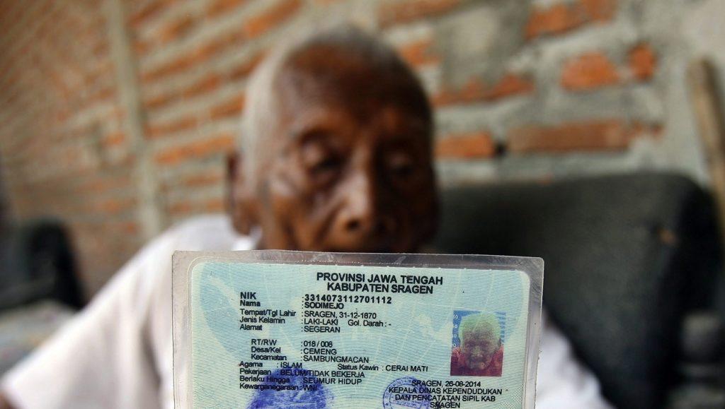 Sragen, 2016. augusztus 29. A 145 éves indonéziai Mbah Gotho kezében személyi igazolványával az indonéziai Sragenben lévõ otthonában 2016. augusztus 29-én. Mbah Gotho lehet a világ legöregebb embere, ha az illetékes indonéz hivatalon kívül harmadik fél is megerõsíti állítását. Az indonéz férfi papírokkal tudja igazolni, hogy 1870. december 31-én született. Jelenleg egy francia nõ, Jeanne Calment a korrekorder, õ 122 éves és 164 napos volt, amikor meghalt 1997 augusztusában. (MTI/EPA/Ali Lutfi)