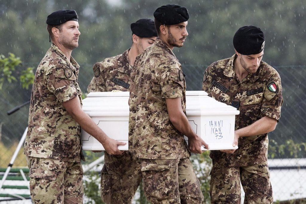 Amatrice, 2016. augusztus 30. Az augusztus 24-i közép-olaszországi földrengés egyik áldozatának koporsóját viszik katonák az Amatricében tartott gyászszertartáson 2016. augusztus 30-án. A 6,2-es erõsségû földrengés miatt legalább 290 ember életét vesztette. (MTI/EPA/Roberto Salomone)