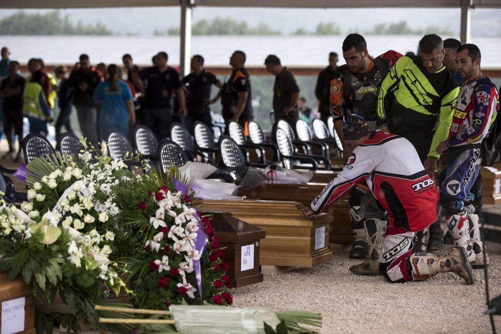 Amatrice, 2016. augusztus 30. Gyászolók leróják kegyeletüket az augusztus 24-i közép-olaszországi földrengés áldozatainak koporsói elõtt az Amatricében tartott gyászszertartáson 2016. augusztus 30-án. A 6,2-es erõsségû földrengés miatt legalább 290 ember életét vesztette. (MTI/EPA/Massimo Percossi)