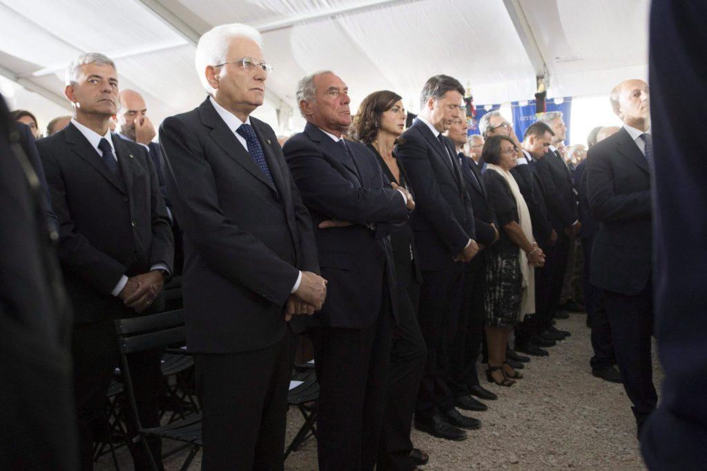 Amatrice, 2016. augusztus 30. Sergio Mattarella olasz államfõ, Pietro Grasso, a szenátus elnöke, Laura Boldrini, az alsóház elnöke és Matteo Renzi olasz miniszterelnök (b-j) az augusztus 24-i közép-olaszországi földrengés 37 áldozatának gyászszertartásán Amatricében 2016. augusztus 30-án. A 6,2-es erõsségû földrengés miatt legalább 290 ember életét vesztette. (MTI/EPA/Quirinale elnöki palota)