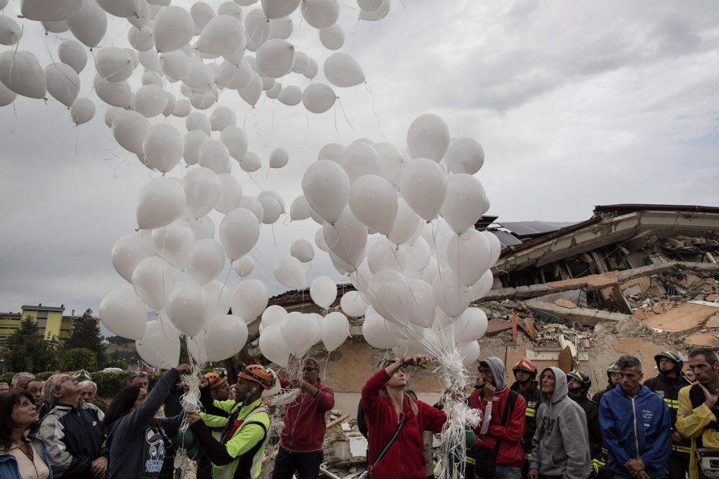 Amatrice, 2016. augusztus 30. Az augusztus 24-i közép-olaszországi földrengés 37 áldozata emlékére léggömböket eregetnek a hozzátartozók a gyászszertartás végén Amatricében 2016. augusztus 30-án. A 6,2-es erõsségû földrengés miatt legalább 290 ember életét vesztette. (MTI/EPA/Roberto Salomone)