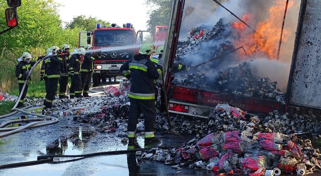 Szentes, 2016. augusztus 3. Tûzoltók a 45-ös úton, Szentes és Hódmezõvásárhely között, ahol kigyulladt egy papírtörlõket szállító kamion 2016. augusztus 3-án. MTI Fotó: Donka Ferenc