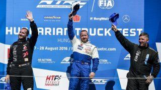 Mogyoród, 2016. augusztus 27. A gyõztes német Jochen Hahn (k), a második helyezett Kiss Norbert (b) és a harmadik helyen végzett brit Ryan Smith (j) a Kamion Európa-bajnokság magyar versenyhétvégéje elsõ futamának eredményhirdetésén a mogyoródi Hungaroringen 2016. augusztus 27-én. MTI Fotó: Marjai János