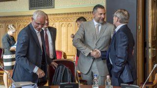 Budapest, 2016. augusztus 9. A Miniszterelnökség által közreadott képen Balog Zoltán, az emberi erõforrások minisztere (b2), Vidoven Árpád, a Miniszterelnökség közigazgatási államtitkára (b3), Lázár János, a kormány stratégiai kabinetjének vezetõje (j2) és Pintér Sándor belügyminiszter (j) a stratégiai kabinet elsõ ülésén az Országházban 2016. augusztus 9-én. MTI Fotó: Miniszterelnökség / Árvai Károly