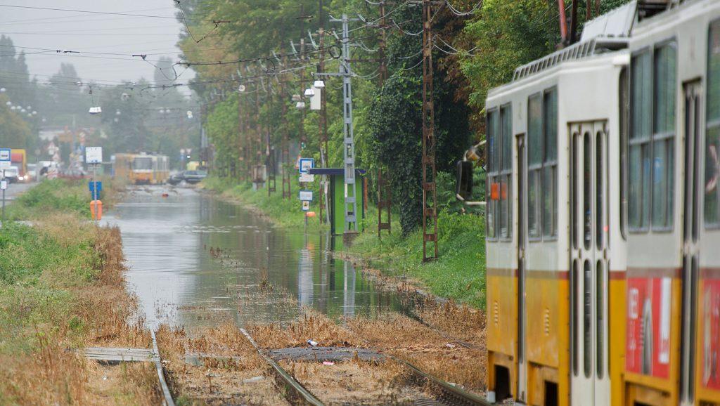 Budapest, 2016. augusztus 22. Víz borítja a X. kerületi Maglódi utat a Jászberényi út és a Kocka utca között 2016. augusztus 22-én. Az esõzés miatt összegyûlt vízben jármûvek akadtak el, az útszakaszt lezárták. MTI Fotó: Lakatos Péter