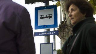 Siófok, 2015. október 21.Az új integrált utastájékoztatási rendszer kijelzői a Városháza megállóhelyen Siófokon, 2015. október 21-én. Modell értékű fejlesztés eredményeként egyetlen utastájékoztatási rendszerben érhetőek el a Balatonnál a vasúti, az autóbuszos és a hajós közösségi közlekedés adatai az október végéig tartó tesztüzem után, egy 377 millió forintos beruházásnak köszönhetően.MTI Fotó: Koszticsák Szilárd