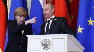 Moszkva, 2015. május 10.Angela Merkel német kancellár (b) és Vlagyimir Putyin orosz elnök sajtótájékoztatójuk végén Moszkvában 2015. május 10-én, egy nappal a győzelem napi ünnepség után. (MTI/EPA/Szergej Ilnyickij)