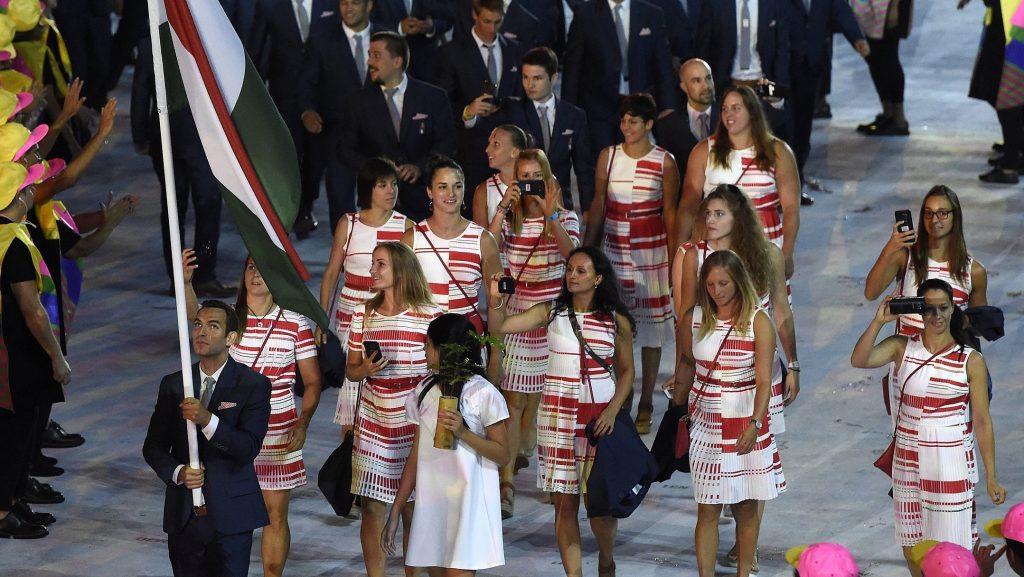 Rio de Janeiro, 2016. augusztus 6. A négy évvel ezelõtt londoni bajnok kardozó, Szilágyi Áron viszi a 160 tagú magyar csapat zászlaját a XXXI. nyári olimpiai játékok megnyitóünnepségén a Rio de Janeiró-i Maracana Stadionban 2016. augusztus 5-én. MTI Fotó: Kovács Tamás