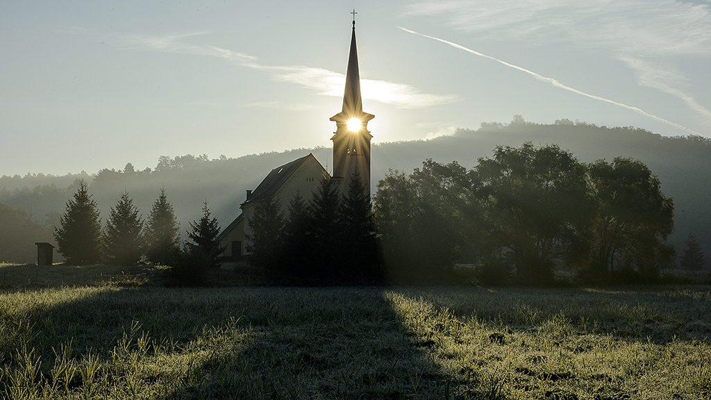 Zabar, 2015. október 2.A római katolikus templom a Nógrád megyei Zabarban, ahol reggelre a növényeken megfagyott a dér 2015. október 2-án.MTI Fotó: Komka Péter