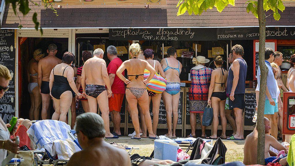 Hajdúszoboszló, 2015. július 18.Vendéglátóhelynél állnak sorban fürdővendégek a hajdúszoboszlói strandon 2015. július 18-án.MTI Fotó: Czeglédi Zsolt