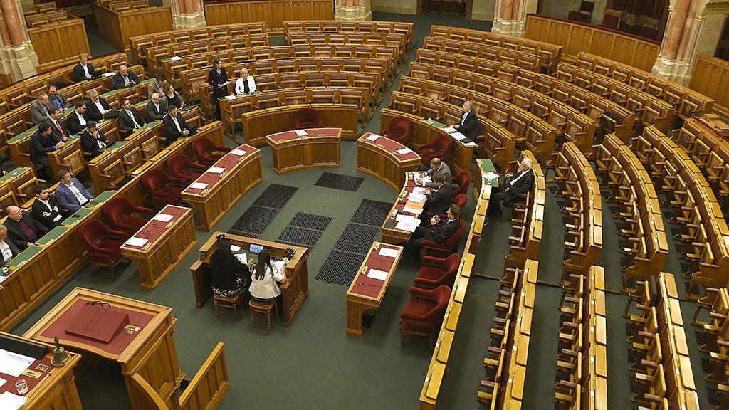 Budapest, 2016. augusztus 22.Szél Bernadett, az LMP társelnöke, frakcióvezető-helyettese (harmadik szektor b) a kormányoldal nem vesz részt a rendkívüli ülésen témakörben napirend előtt felszólal az Országgyűlés rendkívüli plenáris ülésén 2016. augusztus 22-én. A választási eljárási törvény kiterjesztését célzó módosítás kapcsán a rendkívüli ülést a Jobbik kezdeményezte az MSZP és az LMP támogatásával, amelyet a kormánypárti képviselők távolmaradása miatt a napirend előtti felszólalások után bezártak. Jobbról Schmuck Erzsébet, az LMP frakcióvezető-helyettese (harmadik szektor b2).MTI Fotó: Bruzák Noémi