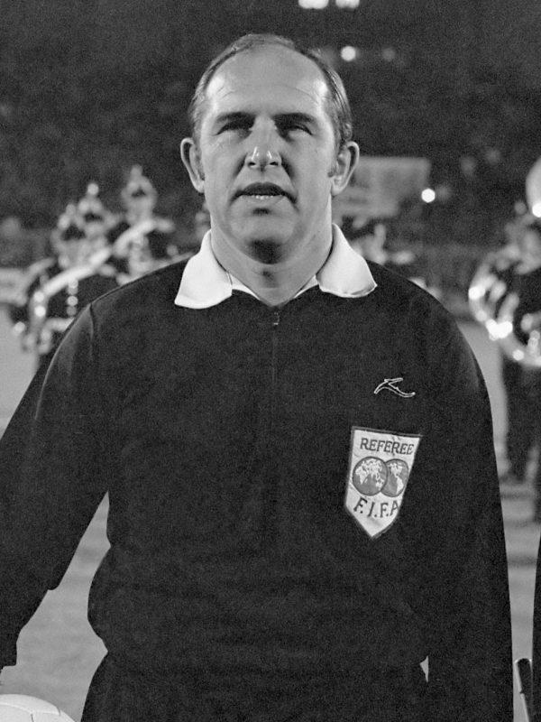 Nederland tegen Polen 3-0; 29: scheidsrechter en grensrechters, 31: Thijssen in Nederlands elftal*15 oktober 1975