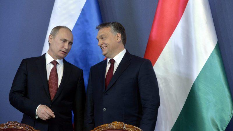Budapest, 2015. február 17. Vlagyimir Putyin orosz elnök (b) és Orbán Viktor miniszterelnök a Parlament Delegációs termében tartott sajtótájékoztatón 2015. február 17-én. MTI Fotó: Koszticsák Szilárd