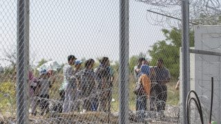 Röszke, 2015. szeptember 18. Migránsok várakoznak a röszkei határátkelõnél kialakított áteresztési pontnál 2015. szeptember 18-án. MTI Fotó: Rosta Tibor