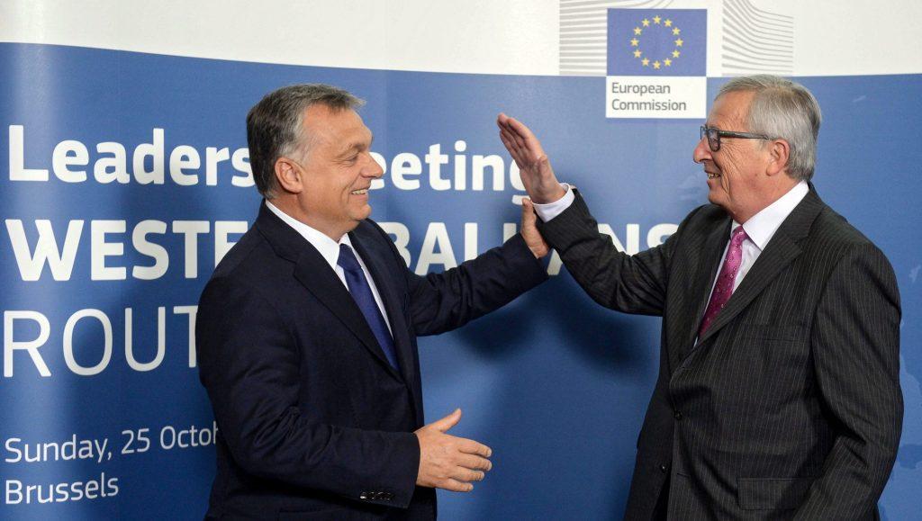 Brüsszel, 2015. október 25. Orbán Viktor miniszterelnököt fogadja Jean-Claude Juncker, az Európai Bizottság elnöke az európai menekültválságról rendezett rendkívüli csúcstalálkozón a bizottság brüsszeli székházában 2015. október 25-én. (MTI/EPA/Stephanie Lecocq)