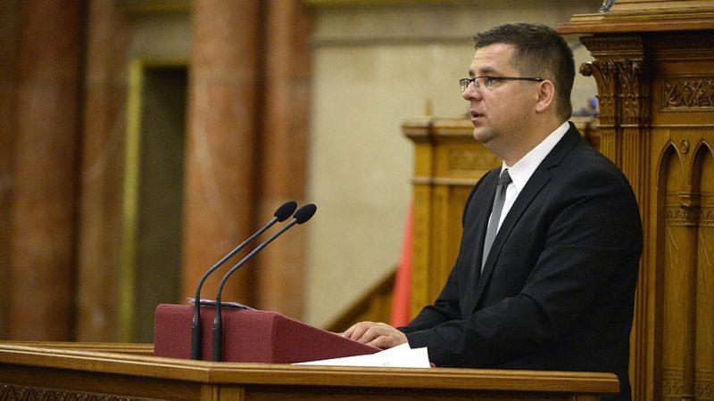 Budapest, 2016. május 10.Seszták Miklós nemzeti fejlesztési miniszter felszólal a párizsi klímacsúcson született megállapodás kihirdetéséről szóló vitában az Országgyűlés plenáris ülésén 2016. május 10-énMTI Fotó: Bruzák Noémi