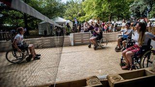 Budapest, 2016. augusztus 13.Fesztiválozók kerekesszékben röplabdáznak a budapesti Hajógyári-szigeten a 24. Sziget fesztivál második napján, 2016. augusztus 13-án.MTI Fotó: Balogh Zoltán