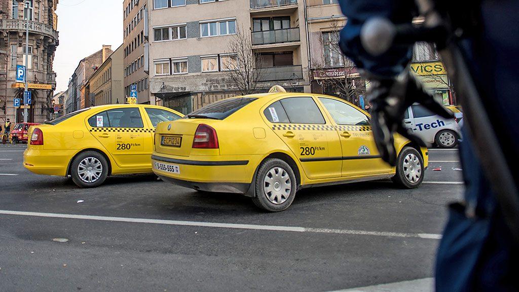 Image: 73677068, Taxisok tüntetnek az UBER közösségi sofőrszolgálat betiltásáért Budapest belvárosában., Place: Budapest, Hungary, License: Rights managed, Model Release: No or not aplicable, Property Release: Yes, Credit: smagpictures.com