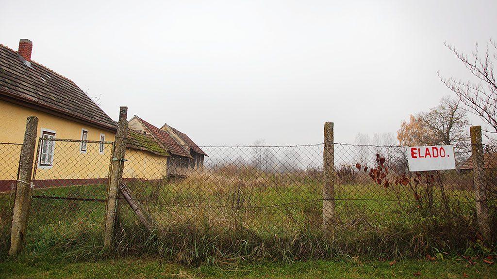 Sávoly, 2012. november 22.Eladó felirat egy sávolyi telek kerítésén 2012. november 22-én. Online árverésen próbálják meg értékesíteni a tervezett MotoGP-pálya 200 hektáros területét, amely a faluhoz tartozik. Az elakadt Balatonring beruházás 2009 júliusában indult és a tervek szerint 2010 tavaszán lett volna az első futam. Az árverés december 12-ig tart, az induló licit 1,5 milliárd forint.MTI Fotó: Varga György