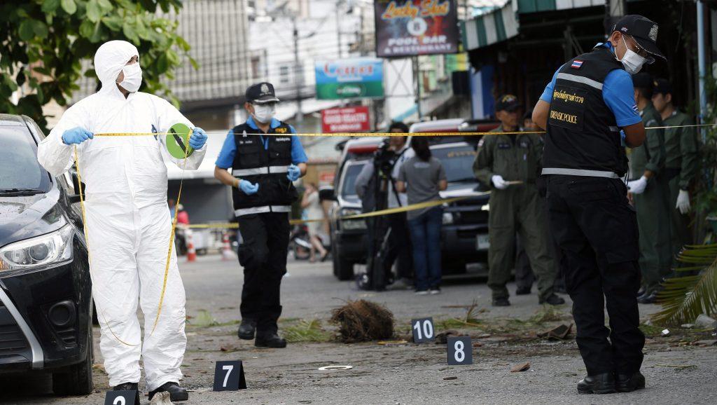Huahin, 2016. augusztus 12. Helyszínelõ rendõrök a thaiföldi Huahinban 2016. augusztus 12-én, miután éjjel pokolgépek robbantak a város egyik, turisták által kedvelt negyedében. Legalább két ember életét vesztette, több mint húsz megsérült, köztük külföldi turisták is. (MTI/EPA/Rungrodzs Jongrit)