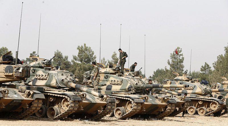 Karkamis, 2016. augusztus 25.Török katonák a hadsereg páncélozott harci járművein a török-szír határ mentén fekvő Ganziatep tartománybeli Karkamisnál 2016. augusztus 25-én. Ezen a napon újabb török tankok hatoltak be Szíriába, miután előző nap török és amerikai támogatással a Szabad Szíriai Hadsereg (SZSZH) nevű mérsékelt ellenzéki csoport fegyveres alakulatai felszabadították a határ szemközti oldalán fekvő Dzserablúszt az Iszlám Állam (IÁ) dzsihadista szervezet ellenőrzése alól. Az NTV török hírtelevízió szerint eddig összesen mintegy 30 török tank tartózkodik szíriai területen, amelyek munkagépekkel együtt konvojban haladnak Dzserablúsz irányába. (MTI/EPA/Sedat Suna)