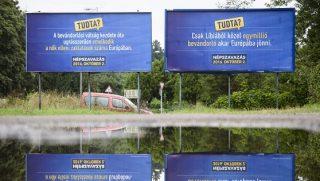 Salgótarján, 2016. augusztus 1. A kormány kényszerbetelepítés elleni népszavazáson való részvételre felhívó óriásplakátjai Salgótarjánban 2016. augusztus 1-jén. MTI Fotó: Komka Péter