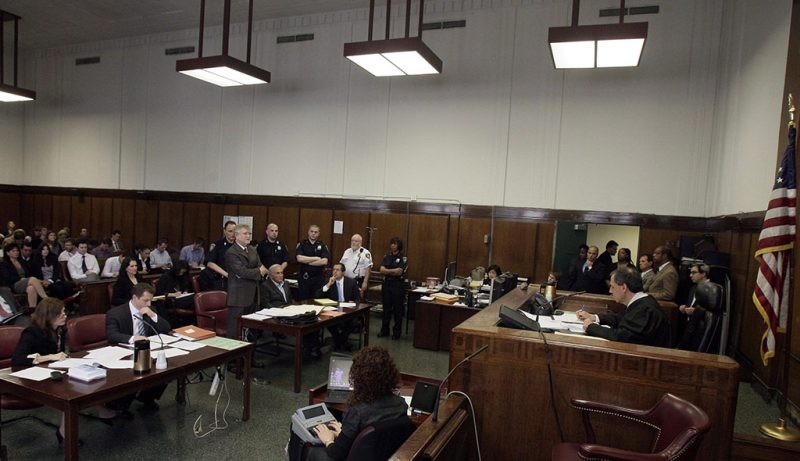 New York, 2011. május 19.A szexuális bűncselekménnyel vádolt Dominique STRAUSS-KAHN, a Nemzetközi Valutaalap, az IMF volt francia vezérigazgatója (a középső asztalnál, középen) az ügyvédjét, William TAYLOR-t (Strauss-Kahn mellett áll) hallgatja az óvadékról tartott tárgyalásán, amelyet Michael OBUS bíró (j) vezet a New York-i állami legfelsőbb bíróságon május 19-én. A bíró egymillió dolláros óvadék fejében szabadlábra helyezte Strauss-Kahnt, akit azzal vádolnak, hogy erőszakoskodott egy New York-i szálloda szobalányával. A közgazdászpolitikust 24 órás, elektronikus megfigyeléssel szigorított házi őrizetbe helyezte a bíró. (MTI/EPA/Richard Drew)