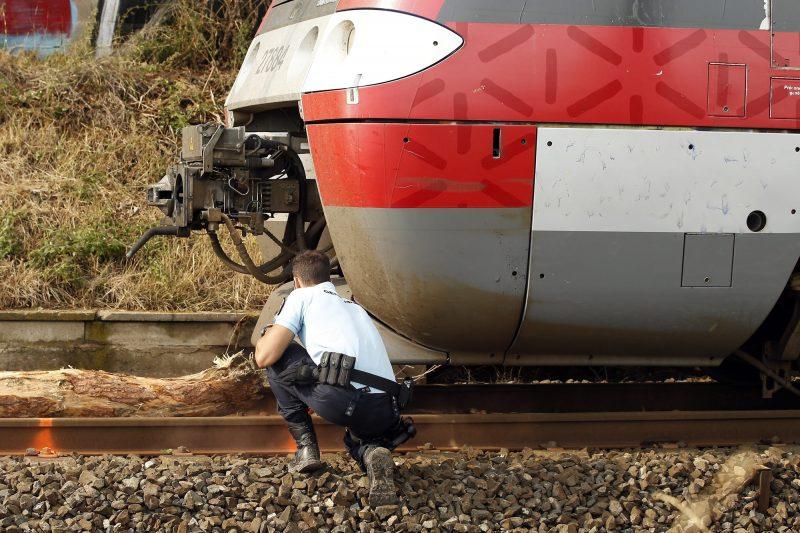 Montpellier, 2016. augusztus 17. Rendõr helyszínel vonatbalesetnél Saint-Aunes közelében, Franciaország déli részén 2016. augusztus 17-én. Tízen súlyosan, körülbelül ötvenen pedig könnyebben megsérültek, mert sínre dõlt fának rohant a Montpellier-bõl Nimes-be tartó vonat. (MTI/EPA/Guillaume Horcajuelo)