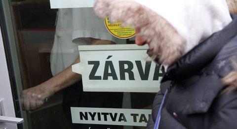 Miskolc, 2015. február 26.Zárva tábla az Észak-magyarországi Regionális Bank (ÉRB) Zrt. miskolci fiókja bejáratán 2015. február 26-án. A Magyar Nemzeti Bank több évtizedes visszaélés-sorozatot gyanít a Buda-Cash Brókerháznál, ezért február 24-én azonnali hatállyal felfüggesztette működési engedélyét, és a brókerházzal összefüggésbe hozható Dél-Dunántúli Regionális Bank (DRB) bankcsoporthoz tartozó négy banknál, így az ÉRB-nél is korlátozó intézkedéseket rendelt el.MTI Fotó: Vajda János
