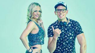 A Zenebutik csatorna két műsorvezetője