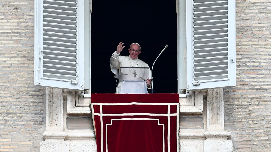 Pope Francis gestures to the congregation from the window of his apartment overlooking St.Peter's square, during his Sunday Angelus prayer at the Vatican on September 11, 2016.   / AFP PHOTO / ALBERTO PIZZOLI