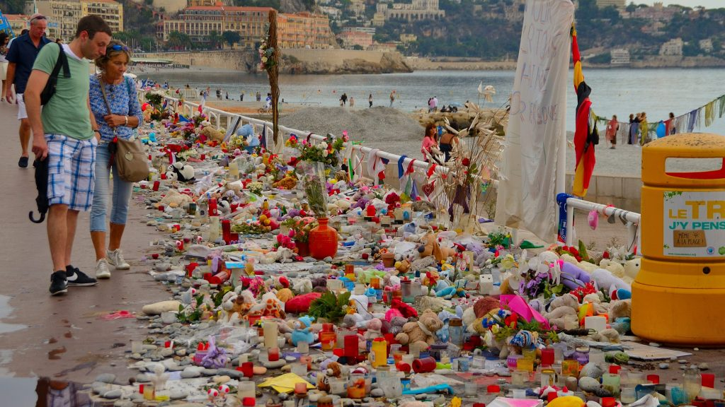 FRANCE, Nice: People look at the tributes to the victims of the Nice attack on the Promenade des Anglais in Nice on September 27, 2016. - Erick GARIN
